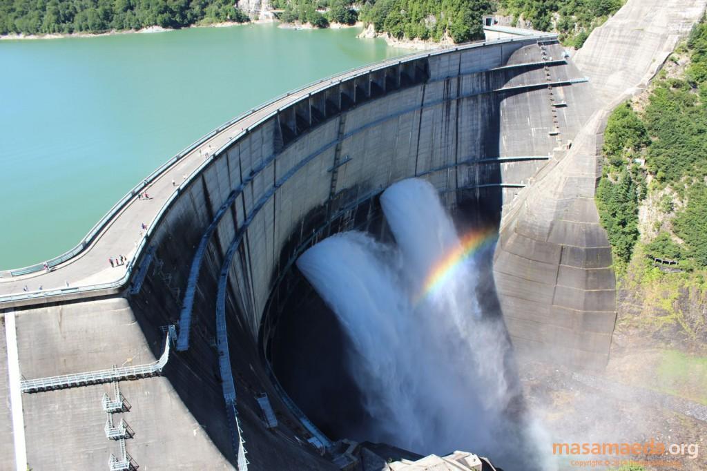 黒部ダムは午前中には虹がかかります