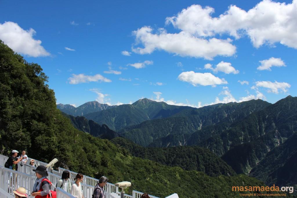 中央から左に鹿島槍ヶ岳、五竜岳、唐松岳