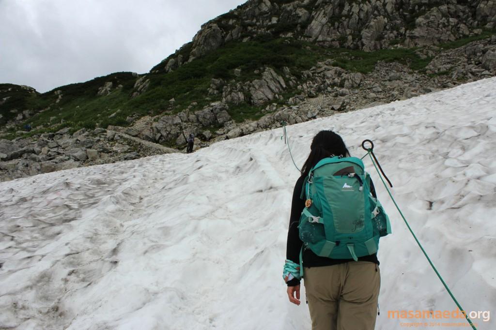 雪渓を通過。滑らないよう注意