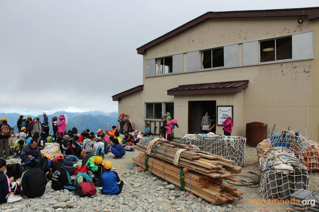 一の越山荘は遠足の子供たちでいっぱい