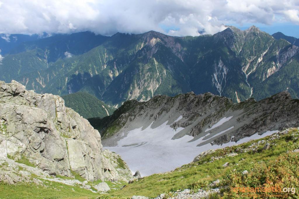 雄山頂上の直下には雪渓