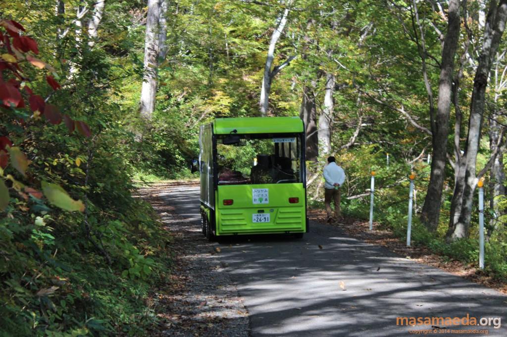 8輪の電気自動車のバス。ねこバスっぽい(笑)