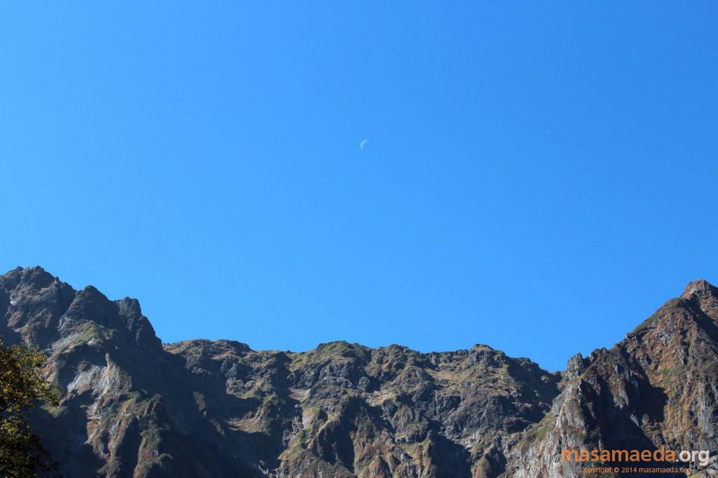 オキノ耳と一ノ倉岳の間には三日月が浮かぶ