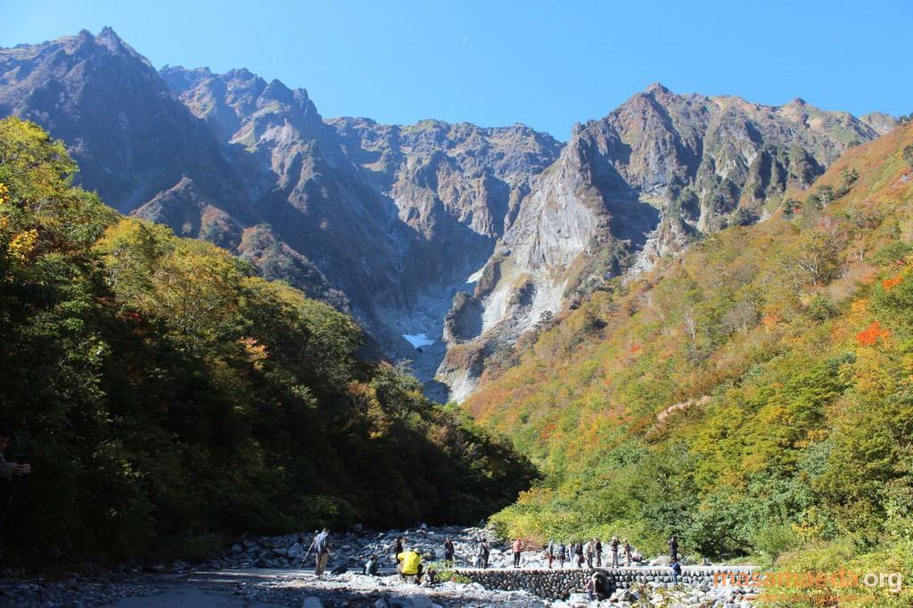 紅葉の名所、一ノ倉沢。岩壁とのコントラストが素晴らしい!