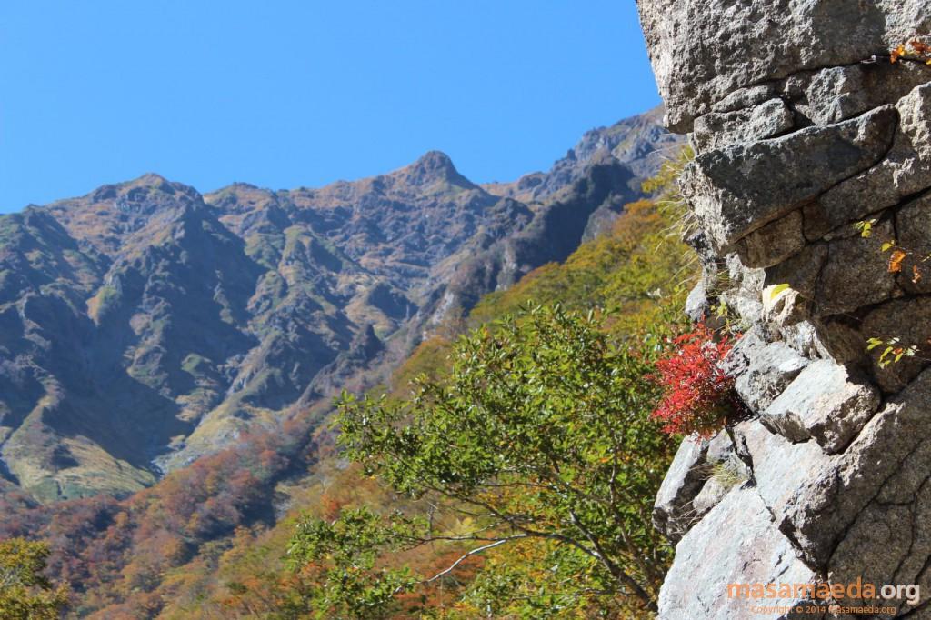 岩場と紅葉とトマノ耳