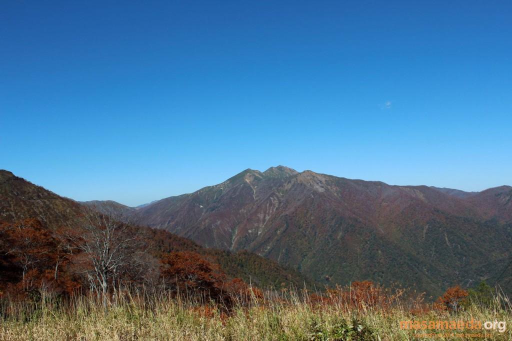 笠ヶ岳、朝日岳、白毛門も紅葉してます