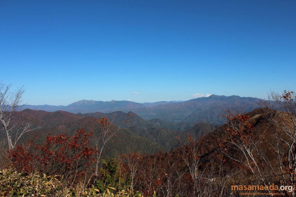 右の山々は武尊山、左の山々は平ヶ岳・至仏山と思われます