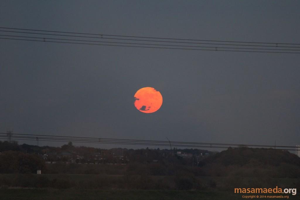 帰りのつくばエクスプレスでの真っ赤な月の出