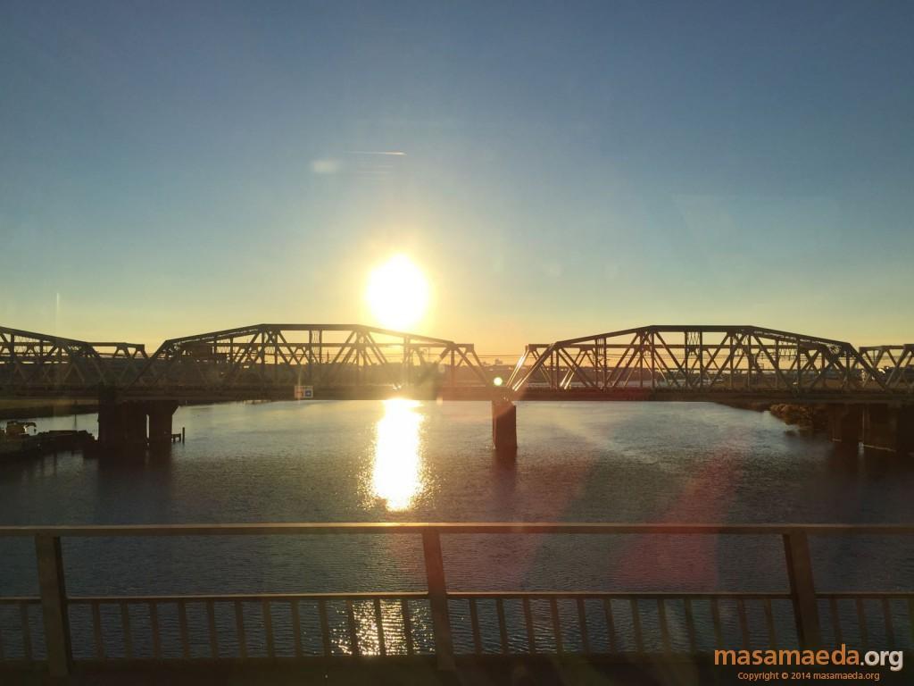 鉄橋にかかる日の出