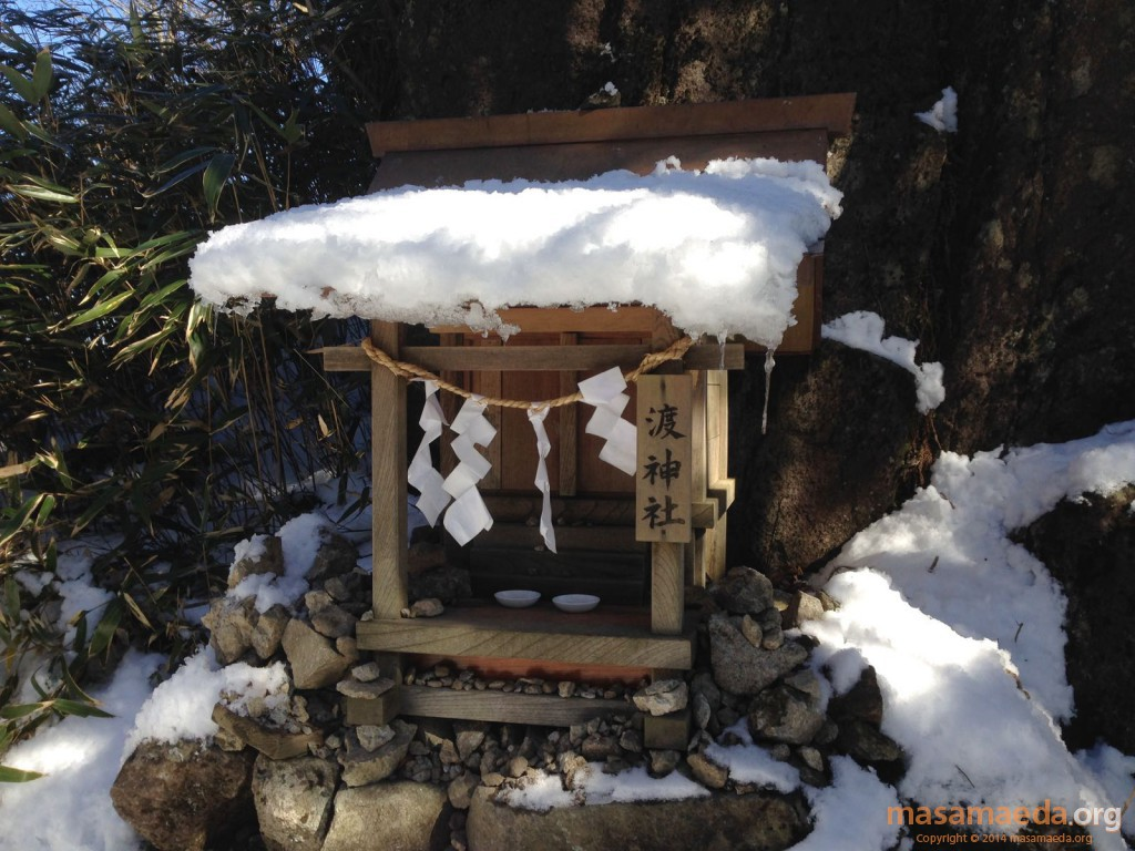 雪をかぶった渡神社